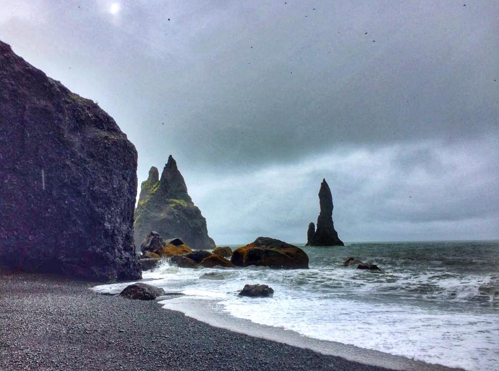 Playa con acantilados y rocas que sale en Juego de Tronos