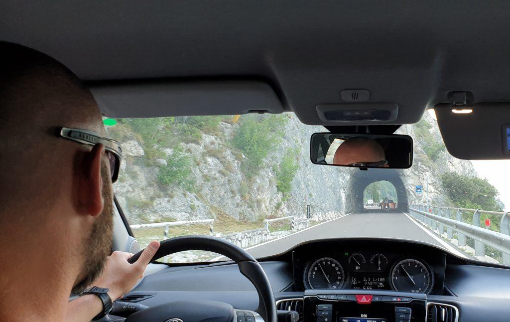 Carretera con túneles excavados directamente en la roca
