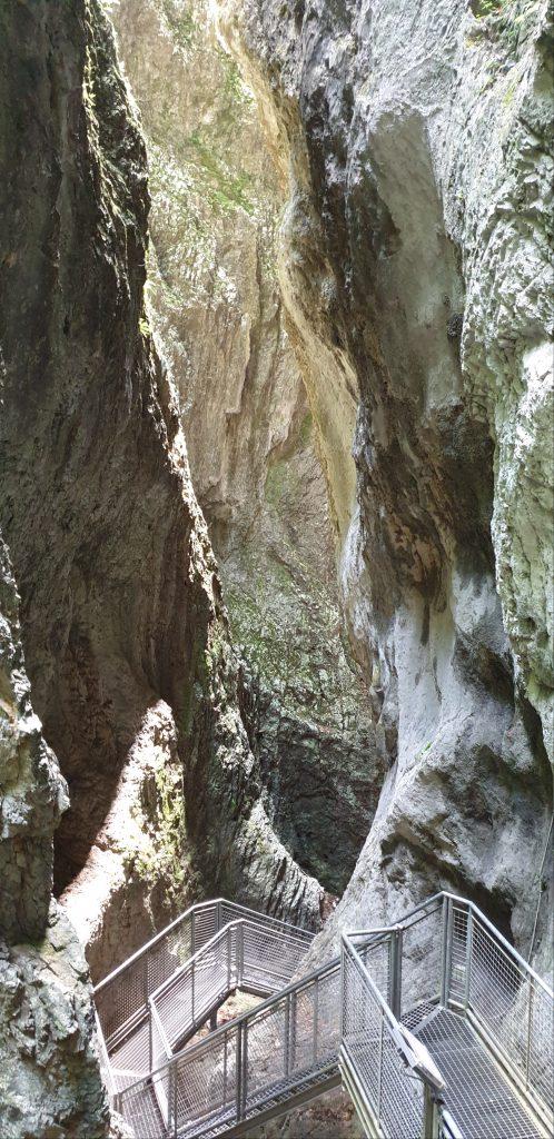 Montagna Spaccata, montaña partida. Imagen de las escaleras.