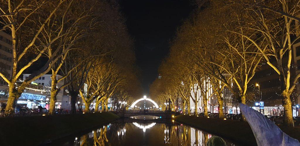Avenida iluminada de Navidad en Düsseldorf