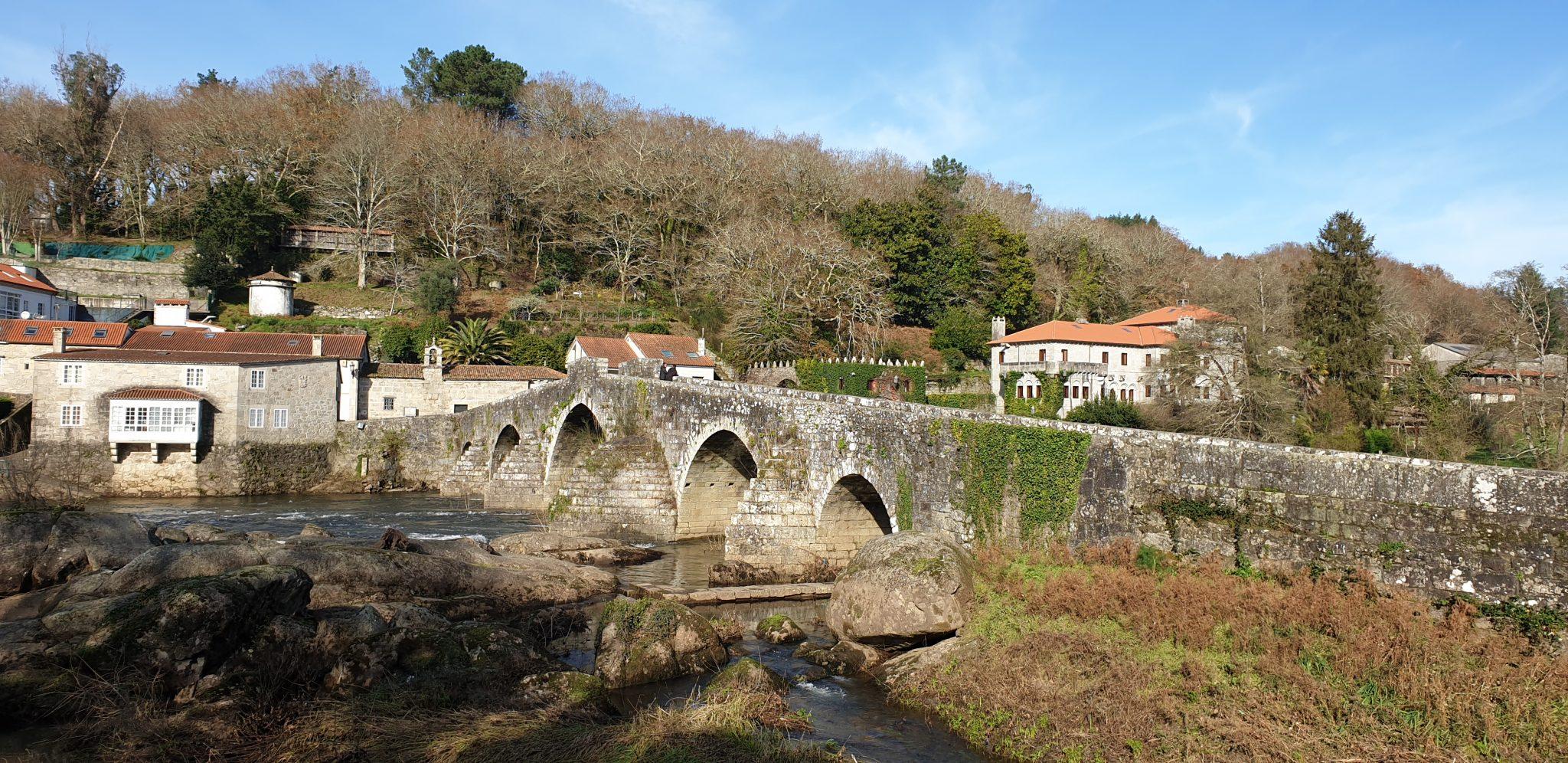 Vistas del puente romano y algunas casas