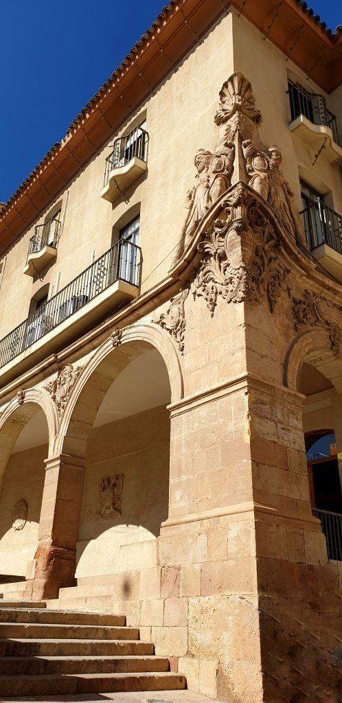 Casa del Corregidor, Lorca Casa con arcos y un gran relieve en la esquina