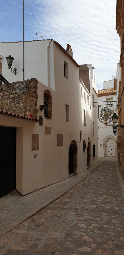 Calle con restos de la muralla de Sitges