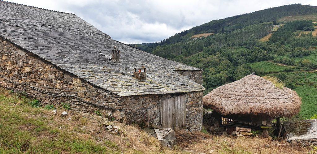 Estornín. Casa de piedra y hórreo