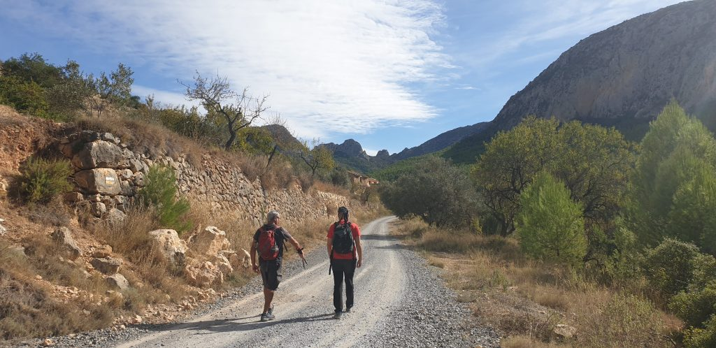 Camino por el valle de Sella y casas de'l Arc